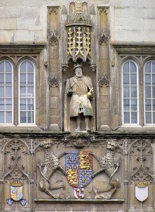 The statue of Henry VIII above the Great Gate at Trinity College